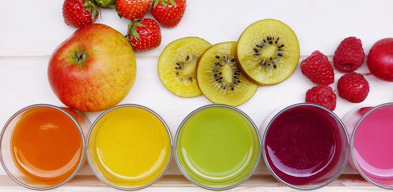 Sucos naturais sem açúcar são benéficos à saúde, mas consumo deve ser controlado